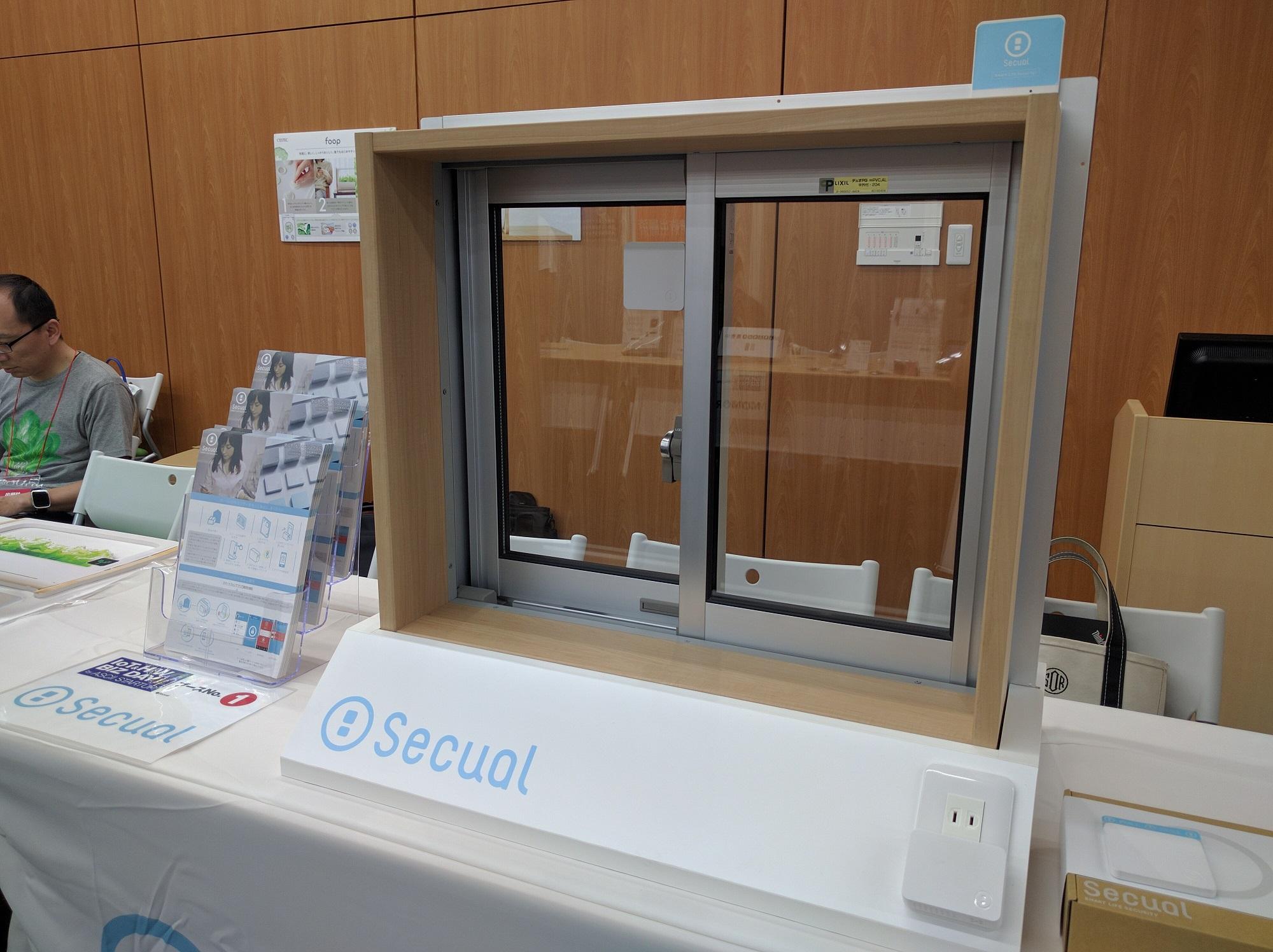 展示ブースの様子。窓を実際に動かし、警報音や発報機構についてご質問される方も